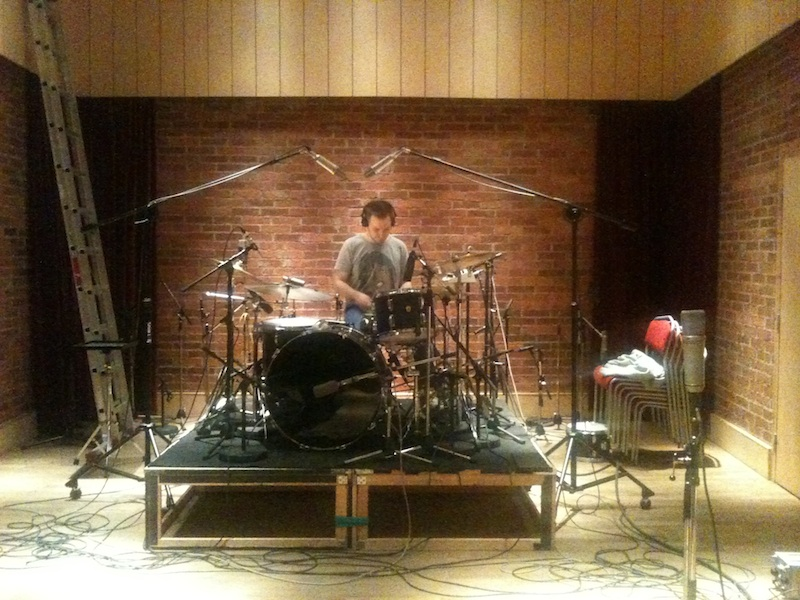 Fredrik lägger trummor
