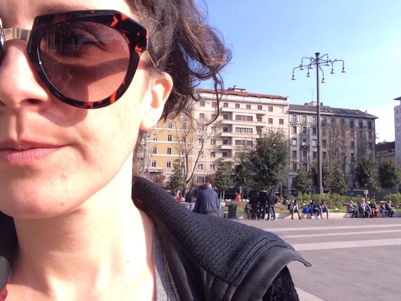 Trött tjej framme i Milano - dags att fortsätta med skiva#3!